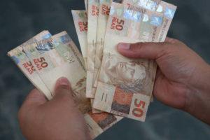 Após PIB negativo, Guedes promete liberar saque de contas do FGTS