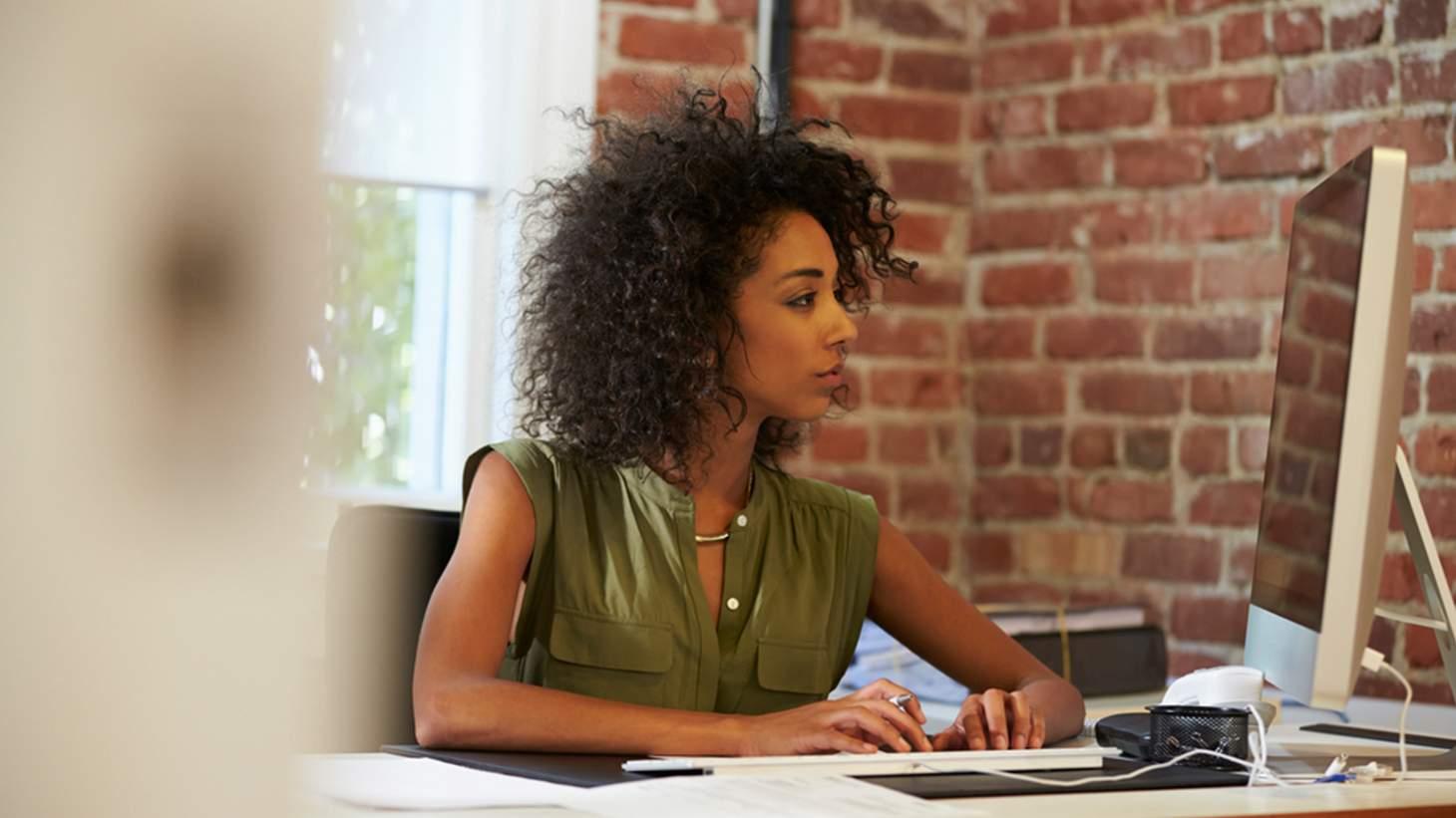 Trabalha sentado? Confira 5 dicas para melhorar a sua postura!
